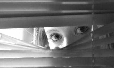 ストーカー気質のママ友とトラブル!家や公園を監視!?恐怖の行動とは